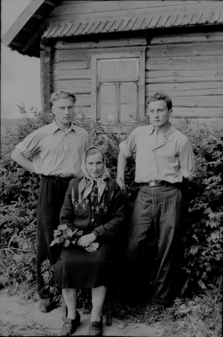 LTRFt D 4767 (Probably an informant with her sons, photographed in Šalinėnai, Zarasai region, 1955)